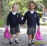 美国罕见黑白双胞胎姐妹