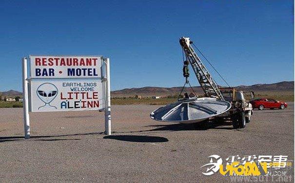 """据英国《每日邮报》3月15日报道,一位外星研究者称自己通过谷歌地图发现了UFO,长约30米,外形似《星球大战》中的""""千年隼号""""飞船。 美国航空航天局NASA拍摄的外星照片时,一位火星人研究者称自己通过谷歌地图发现了UFO,就在临近51地区的气候控制飞行器中。平台上最新的一段视频演示了如何""""时光倒流""""回2010年,一位用户称自己在美国机密军事基地51地区发现了长达30米的UFO。一位前51区雇员称曾在1989年捕获过一架UFO。"""