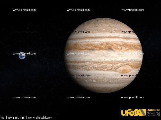"""虽然木星的密度比水大,但它不是液体或固体星球,却是一个不折不扣的气体行星。木星大气成分中有90%是氢,就像是氢气球。大气的其余主要成分就是氦,还有少量其他元素。既然木星是一个气体星球,那么人类发射的探测器自然就无法""""登录""""表面了。有人会问,木星表面都是氢气,那它会不会在某个深度有一片氢的""""海洋"""",让探测器去浮在海面上呢? 不幸的是,这种情况也不存在。这是因为木星表面的温度""""太高"""",又不足以让氢气变成液体,随着逐渐深入木星,气体会&ld"""