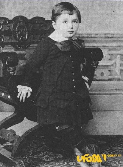 爱因斯坦小时候的故事:爱因斯坦为什啥招人喜欢