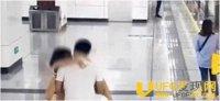 无视路人!情侣地铁站上演「火车便当」 狗公腰猛顶20秒