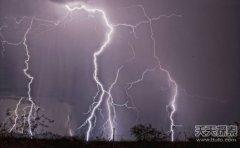 男子抓拍闪电风暴记录震撼的瞬间