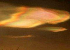 """苏格兰惊现罕见""""UFO""""珠母云 似外星人降临"""