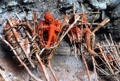土著部落最恐怖殡葬仪式:火坑熏尸