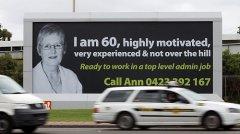 六旬老妇打巨型广告牌求职 应聘5