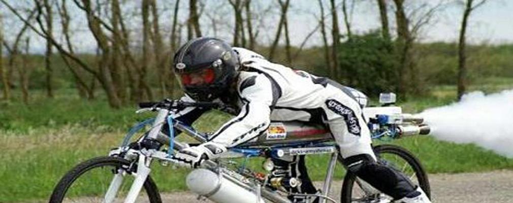 法国男子用火箭驱动自行车