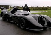 """英男子欲90万拍卖""""蝙蝠车"""